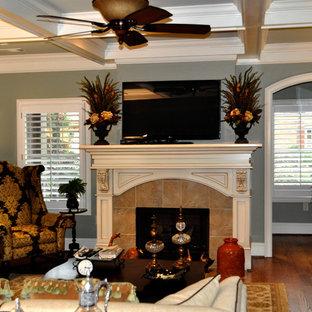 Idee per un grande soggiorno classico chiuso con sala formale, pareti verdi, parquet scuro, camino classico, nessuna TV, cornice del camino piastrellata e pavimento marrone