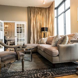 Foto di un ampio soggiorno stile shabby aperto con sala formale, pareti beige, pavimento in legno massello medio e TV autoportante