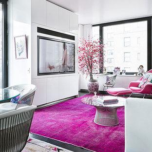 Modelo de salón abierto, contemporáneo, pequeño, con paredes blancas, suelo de madera oscura, pared multimedia y suelo negro