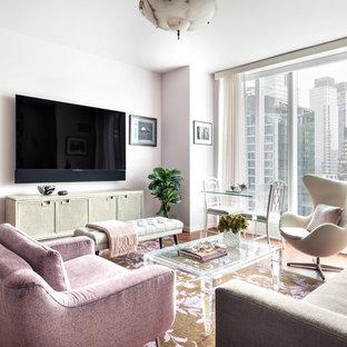 Ispirazione per un soggiorno design aperto con pareti viola, parquet scuro, TV a parete e pavimento marrone