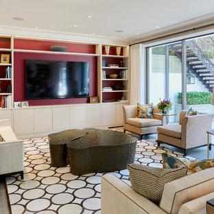 ロンドンの中くらいのトランジショナルスタイルのおしゃれな独立型リビング (壁掛け型テレビ、グレーの床、赤い壁) の写真