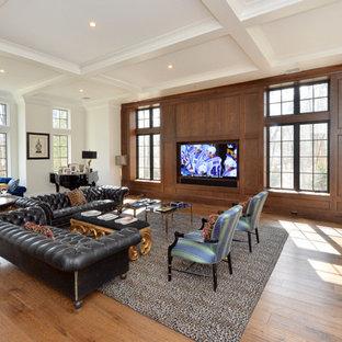 Inspiration för stora klassiska allrum med öppen planlösning, med vita väggar, en dold TV och mellanmörkt trägolv