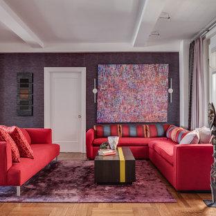 Foto de salón abierto, actual, de tamaño medio, con paredes púrpuras y suelo de madera clara