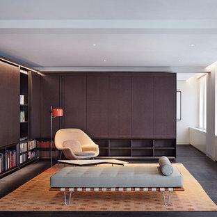 Immagine di un grande soggiorno moderno con pareti bianche, parquet scuro, nessun camino e TV nascosta
