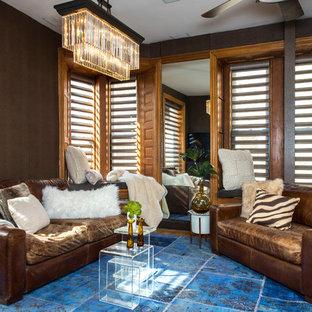 Ejemplo de salón cerrado, romántico, pequeño, con paredes marrones, suelo de madera en tonos medios y suelo marrón