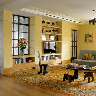 Ispirazione per un soggiorno design con pareti gialle e TV autoportante