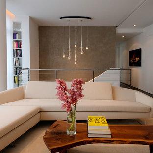 Modernes Wohnzimmer im Loft-Stil mit weißer Wandfarbe in New York