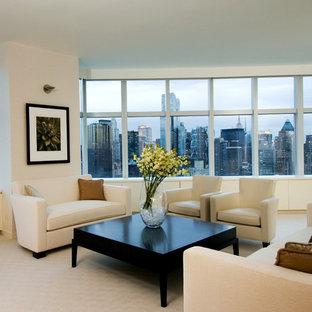 Modelo de salón para visitas abierto, minimalista, grande, sin chimenea, con paredes beige, moqueta y televisor retractable