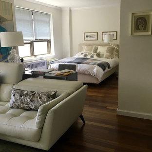Ispirazione per un piccolo soggiorno contemporaneo aperto con sala formale, pareti bianche, parquet scuro, nessun camino, TV a parete e pavimento marrone
