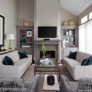 Mittelgroßes, Abgetrenntes Klassisches Wohnzimmer mit beiger Wandfarbe, Kamin, Wand-TV, braunem Holzboden, Kaminsims aus Stein und braunem Boden in Minneapolis
