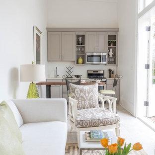Esempio di un piccolo soggiorno classico aperto con pareti bianche e pavimento in cemento