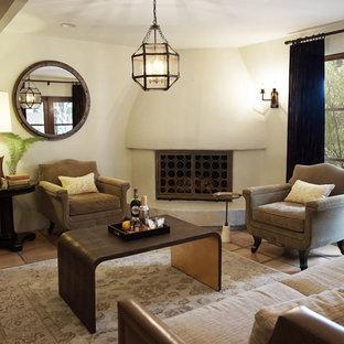 Idee per un soggiorno di medie dimensioni e chiuso con sala formale, pareti bianche, pavimento in terracotta, camino ad angolo, cornice del camino in intonaco, nessuna TV, pavimento marrone e travi a vista