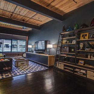 Idee per un grande soggiorno industriale aperto con pareti nere, pavimento in legno verniciato, nessun camino, TV a parete e pavimento nero