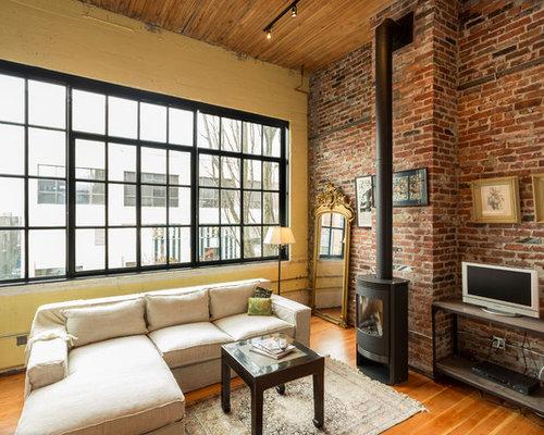 salon avec un po le bois et un mur jaune photos et id es d co de salons. Black Bedroom Furniture Sets. Home Design Ideas