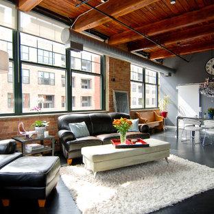 Ejemplo de salón abierto, urbano, de tamaño medio, con paredes grises, suelo de madera pintada y suelo negro