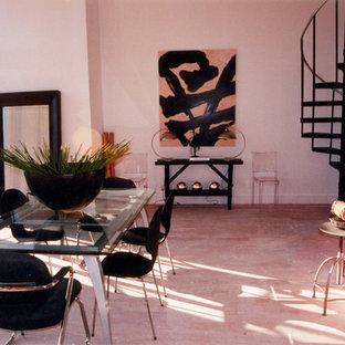 Inspiration pour un grand salon mansardé ou avec mezzanine minimaliste avec un mur blanc, un sol en bois clair et une salle de réception.