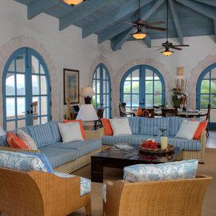 マイアミのトロピカルスタイルのおしゃれなLDK (白い壁、ベージュの床) の写真