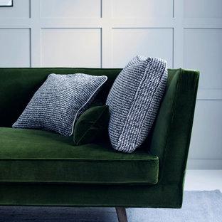 Immagine di un soggiorno minimal di medie dimensioni e aperto con sala formale, pareti verdi, pavimento in legno verniciato, nessun camino e nessuna TV