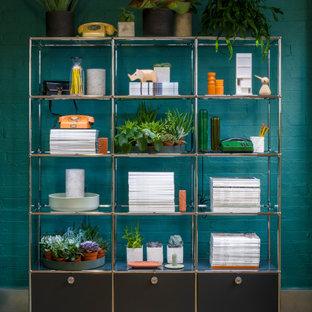 Modelo de biblioteca en casa cerrada, moderna, de tamaño medio, con paredes verdes y suelo de madera en tonos medios