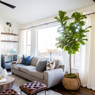 Idee per un soggiorno tradizionale di medie dimensioni e aperto con pareti bianche, pavimento in legno massello medio, camino classico, cornice del camino in mattoni e TV a parete
