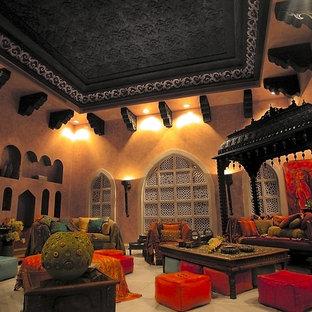 Diseño de salón tropical, extra grande, sin televisor, con parades naranjas