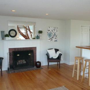 ボストンの小さいビーチスタイルのおしゃれなLDK (白い壁、淡色無垢フローリング、標準型暖炉、木材の暖炉まわり、テレビなし) の写真