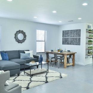 オースティンのラスティックスタイルのおしゃれなリビング (グレーの壁、コンクリートの床) の写真