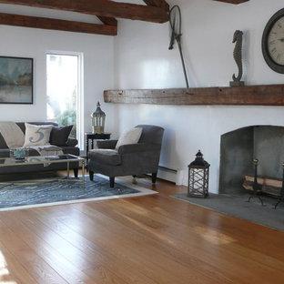 Idee per un soggiorno classico di medie dimensioni e chiuso con pareti bianche, parquet chiaro, camino classico, cornice del camino in intonaco, nessuna TV e pavimento blu