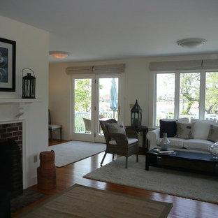 ボストンの中サイズのビーチスタイルのおしゃれなLDK (白い壁、無垢フローリング、標準型暖炉、木材の暖炉まわり、テレビなし) の写真