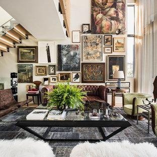 Immagine di un soggiorno boho chic aperto e di medie dimensioni con sala formale, nessuna TV, pareti bianche, parquet chiaro e nessun camino