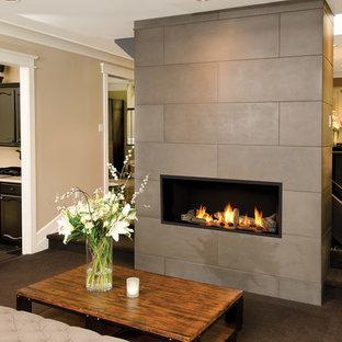 Esempio di un soggiorno minimalista aperto e di medie dimensioni con sala formale, pareti beige, moquette, camino classico, cornice del camino in cemento e nessuna TV
