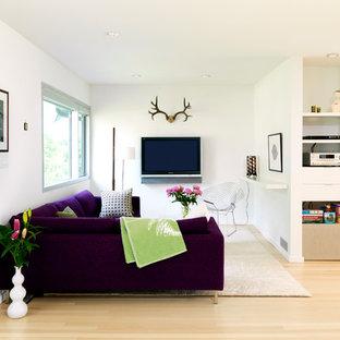 Kleines, Offenes Nordisches Wohnzimmer mit weißer Wandfarbe, hellem Holzboden und Wand-TV in Vancouver