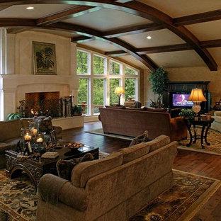 シカゴの広いトラディショナルスタイルのおしゃれなLDK (フォーマル、黒い壁、無垢フローリング、標準型暖炉、石材の暖炉まわり、埋込式メディアウォール、茶色い床) の写真