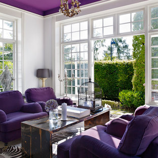 Imagen de salón abierto, ecléctico, grande, sin chimenea y televisor, con paredes púrpuras y suelo de madera clara