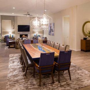 Geräumiges, Offenes Modernes Wohnzimmer mit beiger Wandfarbe, Porzellan-Bodenfliesen, Kamin, gefliester Kaminumrandung, Wand-TV, braunem Boden und Tapetenwänden in Las Vegas
