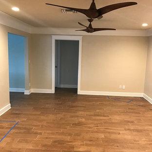 Immagine di un grande soggiorno tradizionale chiuso con pareti beige, pavimento in gres porcellanato e pavimento marrone
