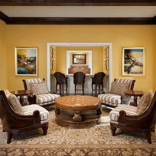 Modelo de salón para visitas abierto, mediterráneo, grande, con paredes amarillas, suelo de madera en tonos medios y chimenea tradicional