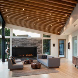 Idee per un grande soggiorno design aperto con pareti bianche, parquet chiaro, camino ad angolo e cornice del camino in mattoni