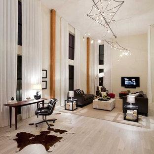 Ispirazione per un soggiorno eclettico con parquet chiaro, pareti beige e pavimento beige
