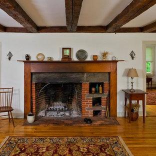 Неиссякаемый источник вдохновения для домашнего уюта: открытая гостиная комната среднего размера в классическом стиле с белыми стенами, паркетным полом среднего тона, фасадом камина из кирпича и стандартным камином