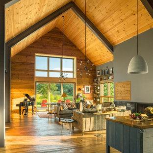 Immagine di un grande soggiorno minimalista aperto con sala formale, pareti marroni, pavimento in legno massello medio, nessuna TV e pavimento marrone