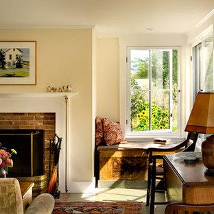 バーリントンの中サイズのトラディショナルスタイルのおしゃれな独立型リビング (ライブラリー、マルチカラーの壁、淡色無垢フローリング、標準型暖炉、レンガの暖炉まわり、内蔵型テレビ) の写真