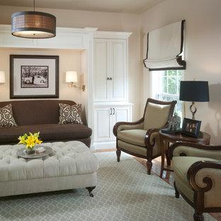 Ispirazione per un soggiorno minimal di medie dimensioni con libreria, pareti beige, pavimento in bambù e pavimento marrone