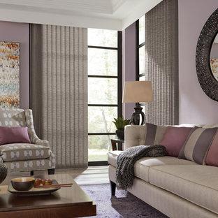 他の地域の中サイズのトラディショナルスタイルのおしゃれな独立型リビング (クッションフロア、紫の壁、暖炉なし、テレビなし、ベージュの床) の写真