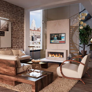 ニューヨークの大きいモダンスタイルのおしゃれなLDK (ベージュの壁、無垢フローリング、標準型暖炉、漆喰の暖炉まわり、埋込式メディアウォール、フォーマル、茶色い床) の写真