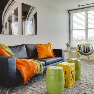 Idéer för ett litet modernt allrum med öppen planlösning, med en väggmonterad TV, vita väggar och klinkergolv i porslin