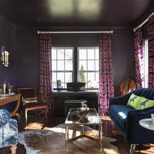 Foto di un soggiorno bohémian di medie dimensioni e chiuso con sala della musica, pareti viola, parquet scuro, nessun camino, nessuna TV e pavimento marrone