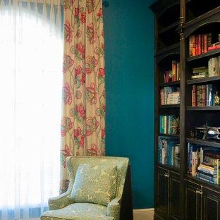 オーランドの中サイズのトロピカルスタイルのおしゃれなリビング (青い壁、濃色無垢フローリング) の写真