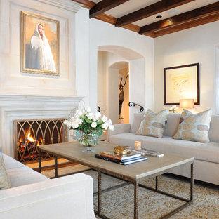 Imagen de salón para visitas cerrado, mediterráneo, con paredes beige y chimenea tradicional