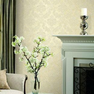Idées déco pour un salon romantique avec un mur beige.